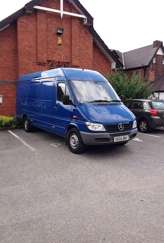 транспортен камион син на фирма Актив-Транс