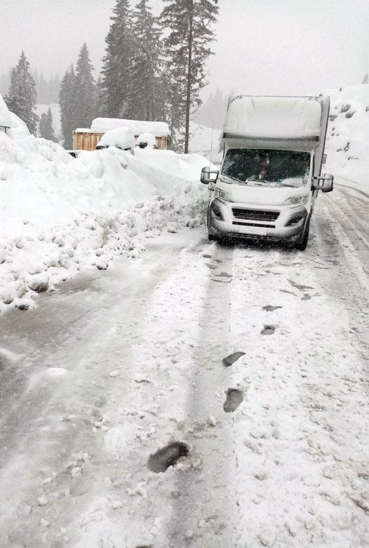 транспортен камион бял в снежна пътна обстановка на фирма Актив-Транс